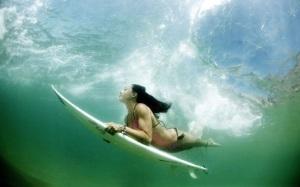 luciagriggiunderwatersurfers2