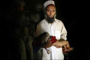 tim-hetherington-the-face-of-war-2nd-platoon-battle-company-503rd-infantry-regiment-2007-injured-afghan-child