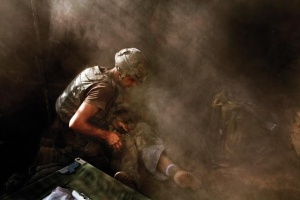 tim-hetherington-the-face-of-war-2nd-platoon-battle-company-503rd-infantry-regiment-2007-injured-soldier
