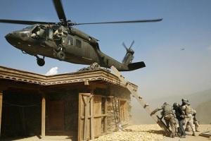 tim-hetherington-the-face-of-war-2nd-platoon-battle-company-503rd-infantry-regiment-2007-us-helicopter-commander