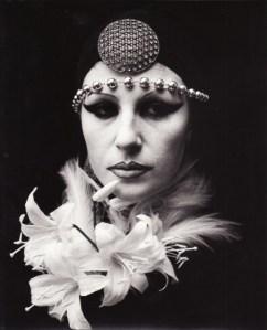 irina-ionesco-portrait-aux-fleurs-1978