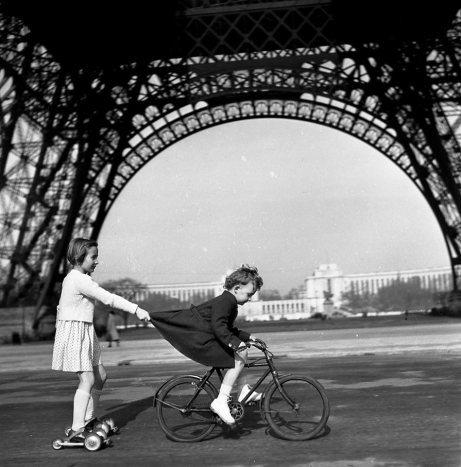 doisneau-le-remorqueur-du-champs-de-mars-paris-1943