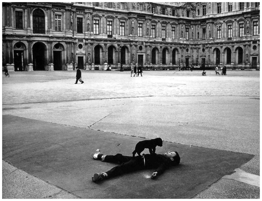 robert-doisneau-cour-carrc3a9e-du-louvre-1969