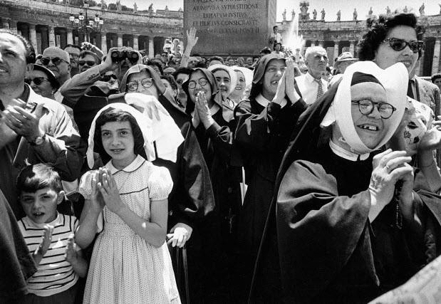 nonnes-attendant-la-venue-du-pape-rome-1956-c2a9-william-klein