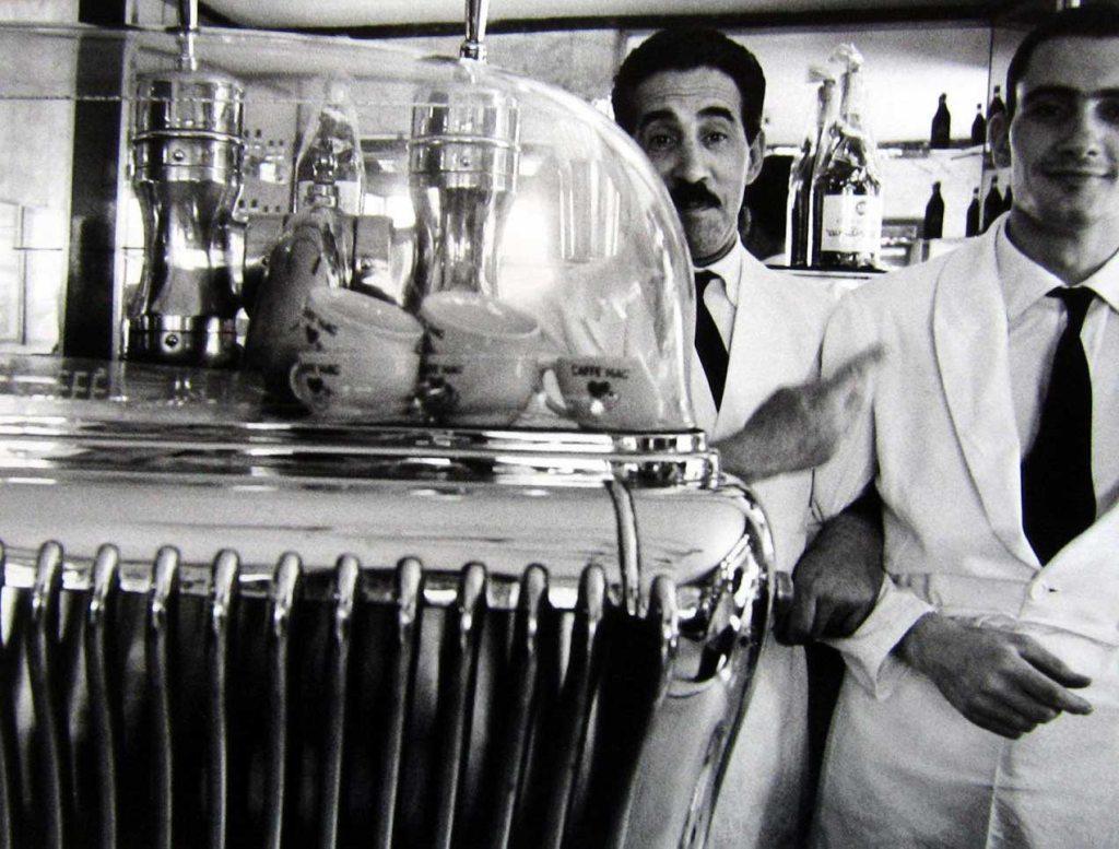 william-klein-due-cameriere-roma-1956
